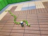 Выбивая напольный деревянный пластичный составной Decking кроет плитку черепицей WPC DIY