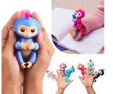 Bambino felice delle scimmie dei pesciolini interattivi astuti dei giocattoli