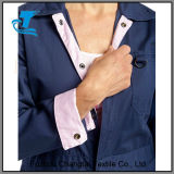 Marine de combinaisons du travail des femmes avec la garniture rose