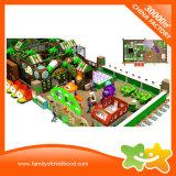 Дети играют в помещении лабиринт игровая площадка для установки внутри помещений