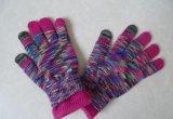 子供は編まれたジャカード手袋を作る