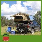 Tenda esterna della parte superiore del tetto dell'automobile di campeggio con l'annesso posteriore del pannello esterno
