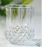 Claro alta ilumina la parte inferior de la copa de cristal