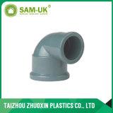 Acoplamento fêmea plástico do PVC com fonte de água