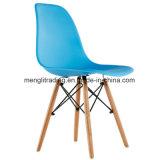 椅子を食事する現代プラスチックレプリカ