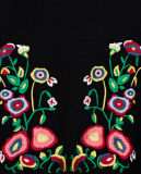 女性方法黒の刺繍が付いているフード付きのプルオーバーのセーター