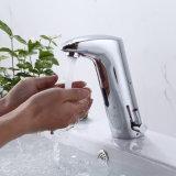 El ahorro de agua caliente agua fría de la cuenca delgrifo mezclador automático para el baño público