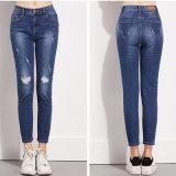 まっすぐな足の新しい方法セクシーな女性のジーンズのズボンにボタンをかけなさい