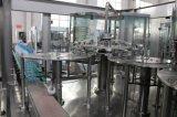 純粋な水びん詰めにする飲み物の満ちる生産工場