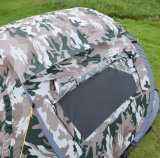 Il verde di campeggio dell'esercito schiocca in su la tenda della spiaggia