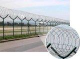 Mesh 5x10 cm recouvert de plastique de flexion triangulaire clôture de sécurité avec des barbelés pour Airport
