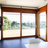 ルーバーが付いている外部の木製のスライドガラスドア