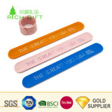 Il colore su ordinazione all'ingrosso poco costoso di sport RFID di modo del campione libero ha riempito il braccialetto di gomma molle stampato del silicone della fascia di manopola di schiaffo del silicone di Debossed per i regali promozionali