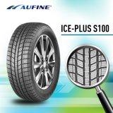 La parte superior de las marcas de neumáticos de coche con los neumáticos de verano