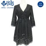 Il nero del vestito dal merletto delle signore di modo