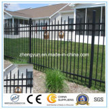 Clôture de grille métallique à proximité de barrière de sécurité