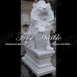 Het witte Beeldhouwwerk van de Leeuw van Carrara voor Meubilair ma-615 van de Tuin