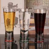 Выпивая стекло съемки вина, кружка пива, чашка сока или чашка напитка