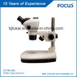 Microscopio estéreo del zoom con el brazo