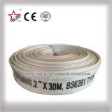 El agua riega la guarnición del PVC de la barra de la presión de funcionamiento 10