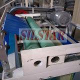 Plastikschutzblech auf der Rolle, die Maschine herstellt