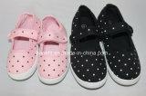 Chaussures de toile de garçon et de fille avec le modèle de point