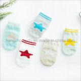 服の明るいカラー鮮やかな赤ん坊のジャカード綿のソックス