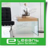 واضحة زجاجيّة جانب طاولة مع رماد خشب قشرة