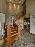 木製の柵の家の木製階段、現代家階段