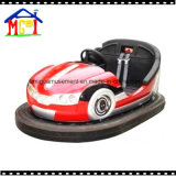 バンパー・カーを競争させる遊園地の子供の乗車の電池