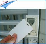 La tarjeta en blanco reescribible del PVC imprimió por la impresora de la tarjeta de la identificación
