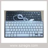 El ordenador atado con alambre USB parte el teclado de ordenador del teclado