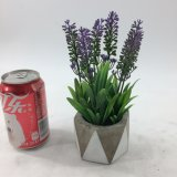 La lavanda artificiale di ultimo disegno fiorisce conservato in vaso di ceramica