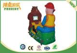 I capretti guidano il giocattolo a gettoni delle automobili elettriche della macchina del gioco da vendere