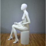 표준 크기를 가진 앉는 여성 마네킹