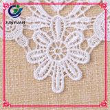 Заплата шеи вязания крючком с причудливый Neckline шнурка цветка