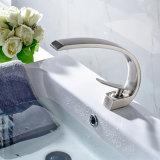 Nickel brossé le robinet du bassin de bain