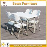 屋外の屋内灰色のプラスチック折るダイニングテーブルおよび椅子
