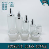 Cosmétique en verre dépoli de bouteilles et bocaux avec les couvercles d'argent brillant