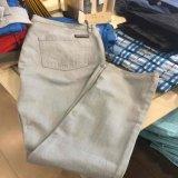 Banheira de venda e os homens de moda jeans com sensação confortável