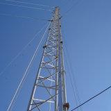 鋼鉄三角形のGuyedの鋼鉄タワーのあたりで電流を通される