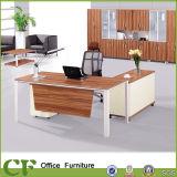 現代オフィスのExecutve CEOの机に塗る粉
