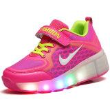 LEDのフラッシュハイヒールの子供のローラーはスケートの靴をつける