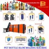 Botella del animal doméstico que hace la máquina