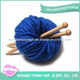 白く大きい極度の扱いにくい毛糸のニットのセーターパターン