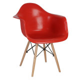Cadeira plástica do braço de Eames Daw com base de madeira