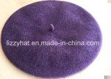 Берет способа связанный шерстями обыкновенный толком с с узлом в пурпуровых цветах