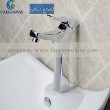 Le robinet du bassin de toilettes pour salle de bains