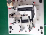 Examiner le dispositif pour assurer les pièces d'auto