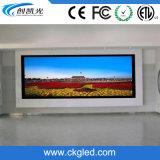 Écran polychrome fixé au mur d'intérieur de l'Afficheur LED P5